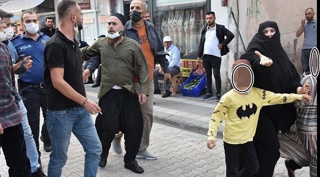 MERAL AKŞENER'E LAF ATIP ORTALIĞI KARIŞTIRAN ADAMI VE EŞİNİ POLİS UZAKLAŞTIRDI